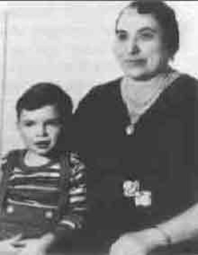 Отец будущего короля мафиози, Габриэле Капоне, и мать Тереза Райоля были итальянскими эмигрантами, которые приехали в США в 1894 году и обосновались в Уиллиамсбурге, предместье Бруклина, Нью-Йорк.