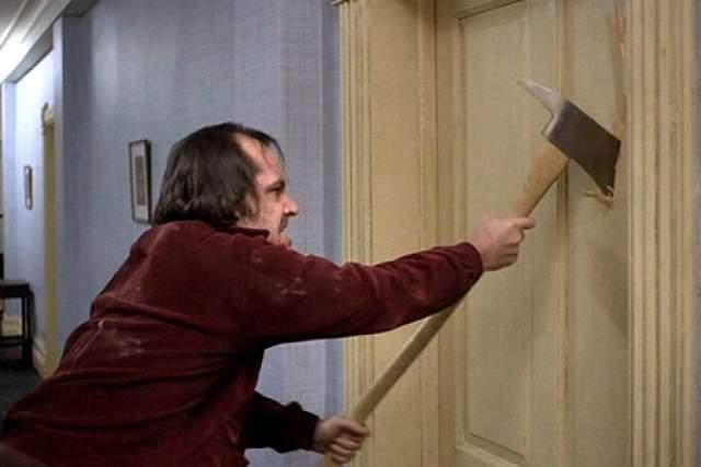 3. Для съёмок сцены, где Джек выламывает дверь в ванную комнату, были сделаны облегчённые двери, которые Николсон, проработавший добровольцем в пожарной службе, ломал слишком легко. После нескольких дублей пришлось делать новые, более тяжелые и массивные двери.