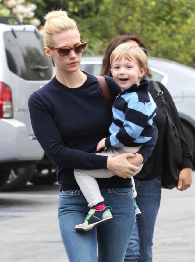 Дженьюари Джонс. Звездам-женщинам скрыть внебрачного ребенка практически невозможно. Актриса стала матерью-одиночкой 13 сентября 2011 года.