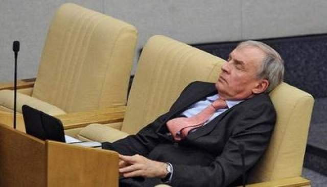 Член комитета Госдумы по финансовому рынку Борис Кашин на пленарном заседании быстро моргнул, 2013 год.