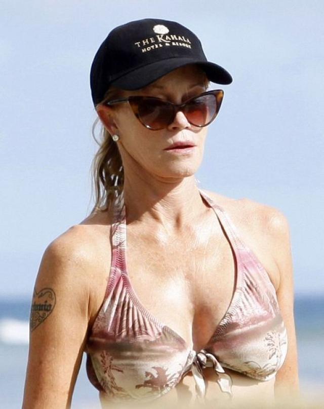 Папарацци сфотографировали Мелани Гриффит у бассейна фешенебельного отеля Rodavento в Мексике, куда она отправилась на свадьбу своей подруги, актрисы Евы Лонгории.