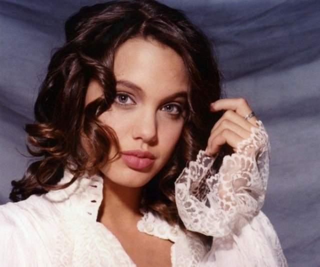 Анджелина Джоли, 43 года. Сегодня она является матерью шестерых детей, трое из которых приемные, а также она победила рак и пережила развод с Брэдом Питтом.