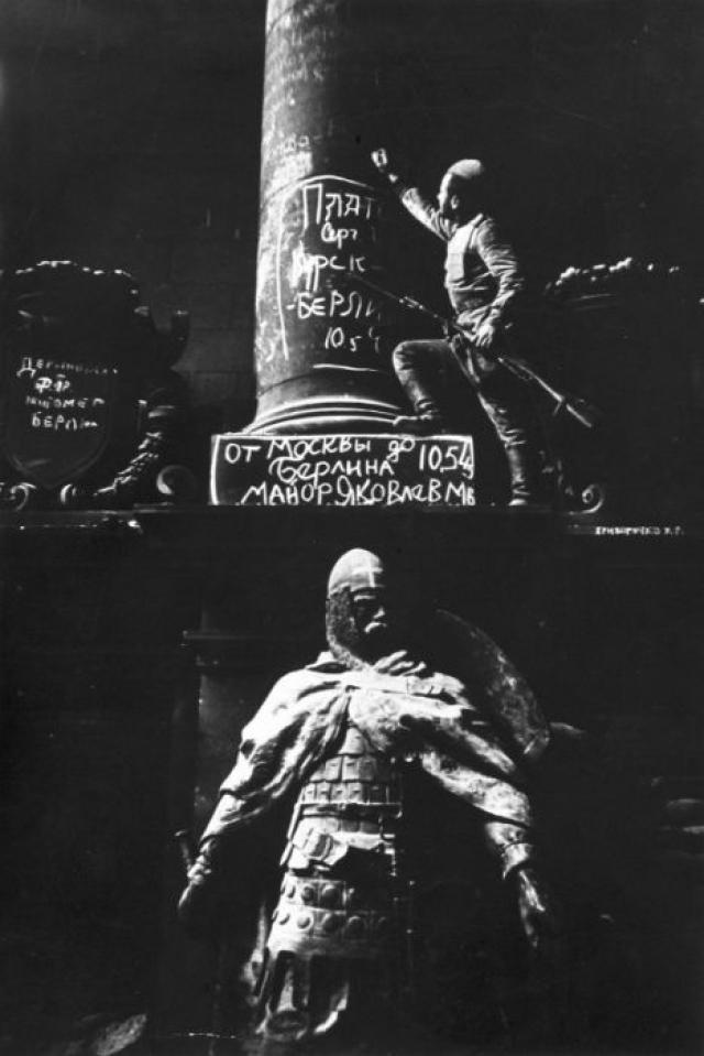 Советский солдат-минометчик Сергей Иванович Платов оставляет свой автограф на колонне Рейхстага.