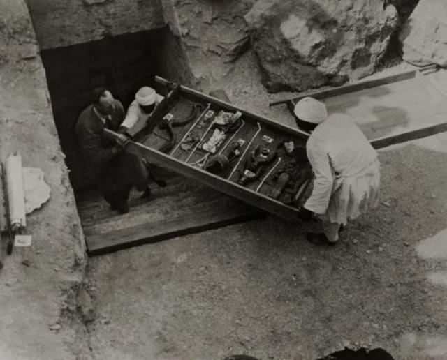 """Первые артефакты были извлечены из усыпальницы 27 декабря 1922 года. Затем были пять лет раскопок и исследований усыпальницы молодого фараона, после чего словосочетание """"проклятие Тутанхамона"""" стало знакомо каждому."""