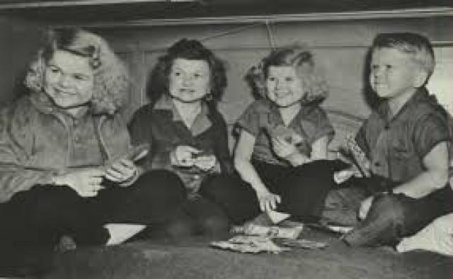 """Гарри первый стал сниматься в кино, его дебютной ролью стал карлик Твидлди в немом кино """"Несвятая троица"""". Все четверо сыграли представителей народца манчкинов в легендарном """"Волшебнике страны Оз"""" с Джуди Гарланд, цирковых лилипутов в """"Уродах"""" и вошли в историю кино как главные """"кинематографические карлики""""."""