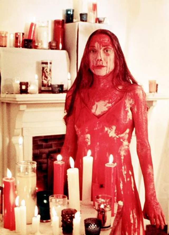 """Сисси Спэйсек Звездой Сисси сделала роль в фильме """"Керри"""" 1976 года, где она изобразила забитую старшеклассницу, которая с помощью телекинеза мстит своим обидчикам. Во время съемок Сисси, настаивая на подлинности во всем, требовала для кульминационного эпизода, в котором Кэрри обливают свиной кровью, настоящей крови свиней. Однако до такого перфекционизм создатели фильма все-таки не дошли. В итоге Сисси Спейсек облили подкрашенным пищевыми красителями сиропом."""