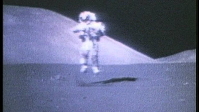 В отличие от изменившегося веса астронавтов, их масса даже увеличилась (благодаря скафандру и системе жизнеобеспечения), так что усилия, необходимые для прыжка, не уменьшились.