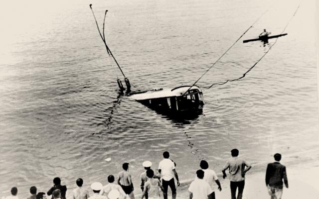 До этого он еще успел зацепить трос за утонувший троллейбус, поскольку прибывшие спасатели были без аквалангов, а повторить подобные погружения им было не под силу.