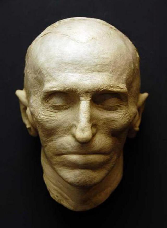12 января тело кремировали, и урну с прахом установили на Фернклиффском кладбище в Нью-Йорке. В 1957 году она была перенесена в Музей Николы Теслы в Белграде.