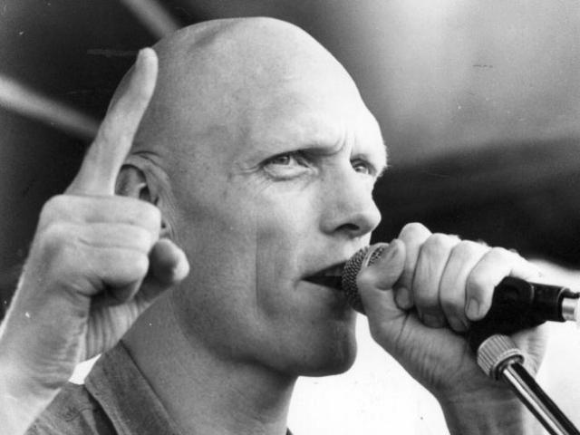 С начала музыкальной карьеры в 1976 году Гаррет пел о неудобных для политики вещах, таких как ядерное разоружение, охрана окружающей среды, бездомность и бедственное положение коренных народов Австралии.