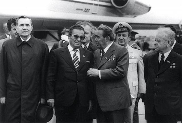 Дружественный поцелуй Брежнева с Иосипом Броз Тито был такой силы, что, по слухам, даже повредил губу югославскому лидеру.