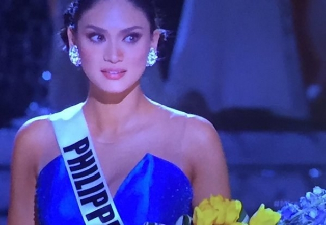 Сначала корону надели на представительницу Колумбии. Однако, спустя всего несколько мгновений сказка для нее закончилась. 26-летняя филиппинка явно не ожидала такого поворота событий и какое-то время даже не решалась выйти за короной.