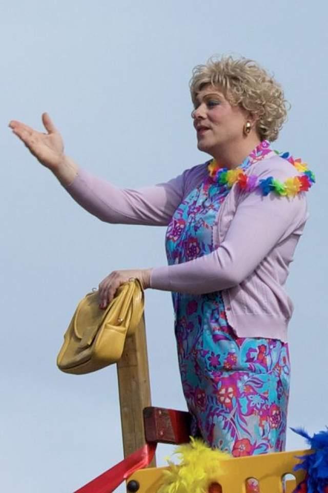 """Но была и другая сторона: мэр Рейкьявика пришел на гей-парад в женском ярком платьем, белокуром парике и с ярко накрашенными губами. """"А мэр прийти не смог!"""" - сказала тогда """"дамочка""""."""