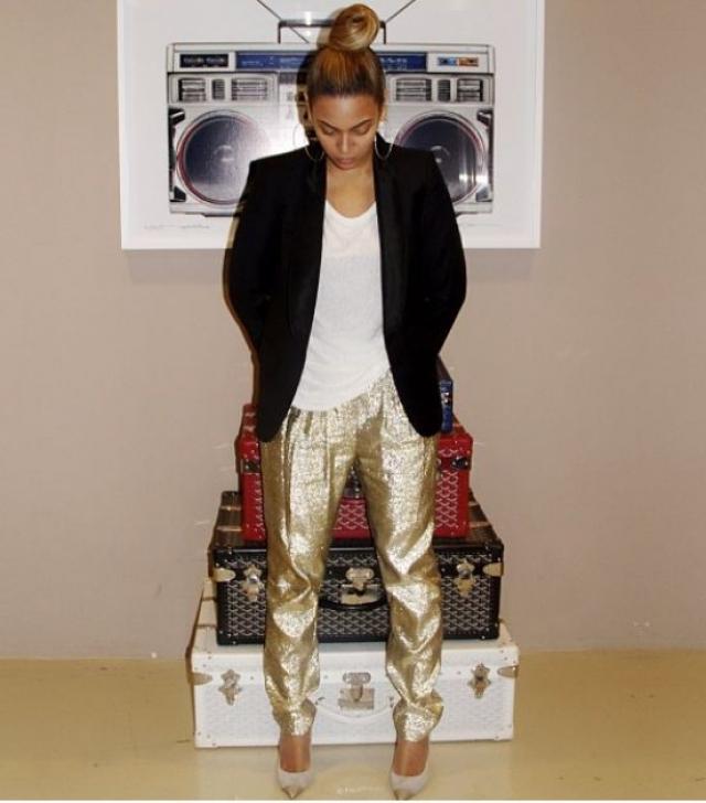 Еще одним примером ее абсурдных покупок стали золотые леггинсы, которые должны были помочь ее пятой точке выглядеть более соблазнительно. За этот предмет одежды она отдала $100 000.