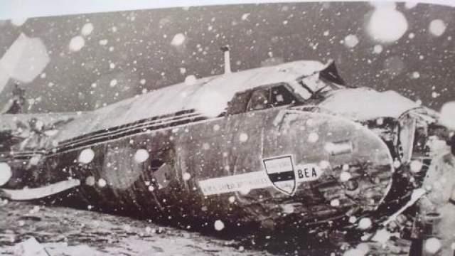 Самолет, пытавшийся взлететь во время метели, с трудом оторвался от земли и вскоре рухнул.