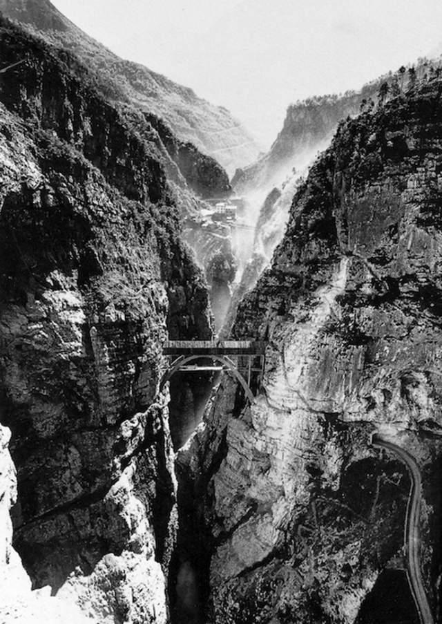9 октября 1963 года на плотине Вайонт в Италии произошла одна из самых крупных аварий в истории гидротехнического строительства. По разным оценкам авария унесла жизни от 2 до 3 тысяч человек. На фото: ущелье реки Вайонт до сооружения ГЭС, 1956 год.