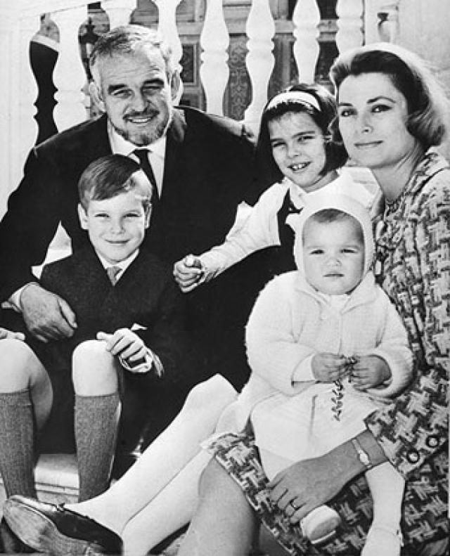 У супругов родилось трое детей. Семейная идиллия закончилась, когда Грейс Келли погибла в автокатастрофе 13 сентября 1982 года. Ее супруг князь Ренье до конца своих дней оставался вдовцом.