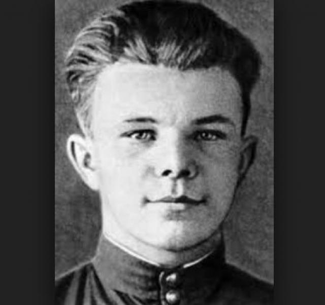 25 октября 1954 года Гагарин впервые пришёл в Саратовский аэроклуб, а через год добился значительных успехов, закончил с отличием учёбу и совершил первый самостоятельный полёт на самолёте Як-18. Всего в аэроклубе Юрий Гагарин выполнил 196 полётов и налетал 42 часа 23 минут.