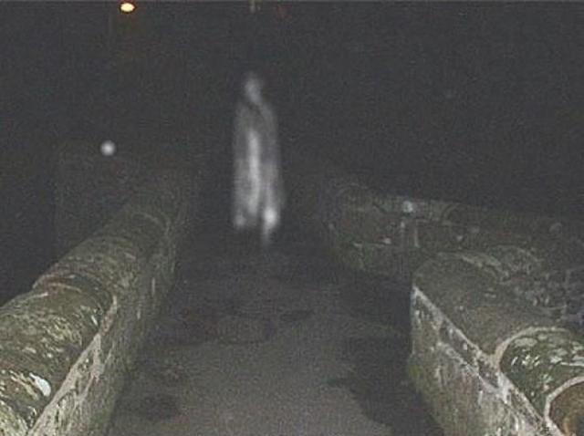 Фото так называемого Призрачного моста, по легенде, на фото запечатлен призрак утопленной в реке женщины.