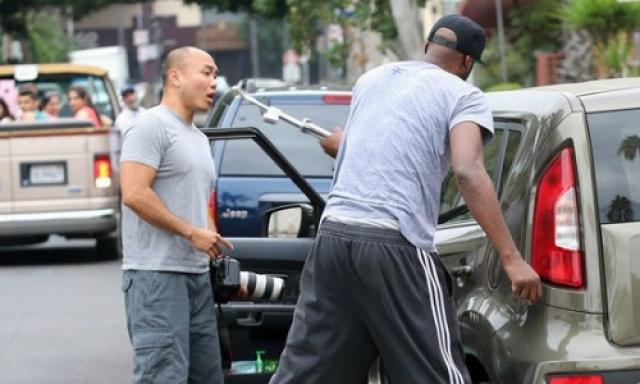 Инцидент произошел в 2013 году. Спортсмен остановил свой автомобиль и рывком открыл двери автомобилей, которые его преследовали.