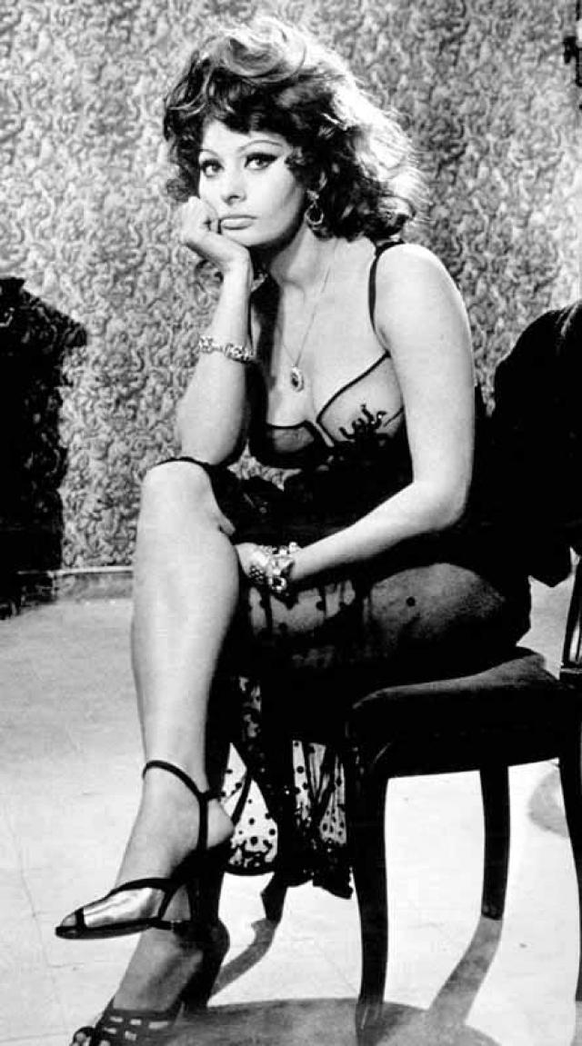 """Софи Лорен. Фильм режиссера Де Сика """"Вчера, сегодня, завтра"""" получил """"Оскар"""" в номинации """"Лучший иностранный фильм"""", но в историю кино вошел прежде всего из-за невероятного уровня откровенности для 1963 года."""