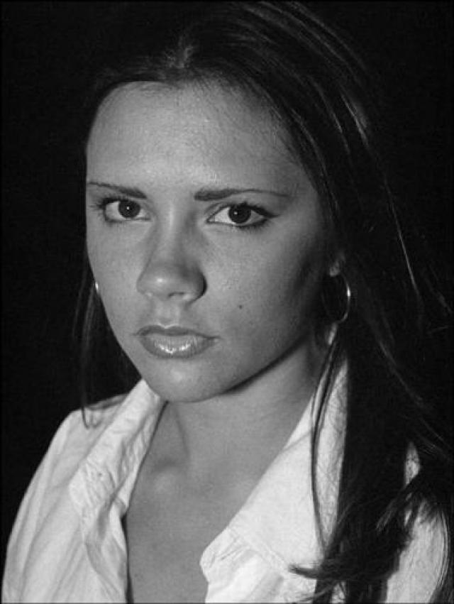 Виктория Бекхэм. Проблемная кожа, яркий макияж и неидеальная фигура — такой была звезда во времена Spice Girls.