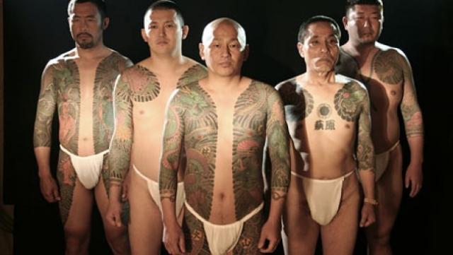 Одним из культовых образов якудза являются их сложные цветные татуировки по всему телу. Якудза используют традиционный метод ручного ввода чернил под кожу, известный как ирезуми, что служит своеобразным доказательством храбрости, поскольку этот метод весьма болезненный.