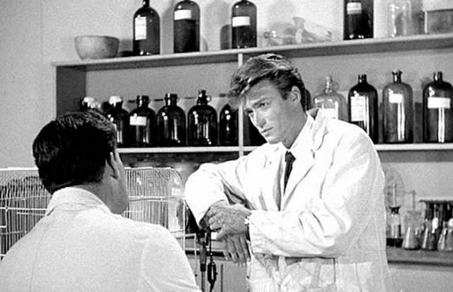 Клинт Иствуд впервые появился на экране вовсе не в образе ковбоя или какого-то другого мачо, а сыграл в эпизоде роль лаборанта, причем даже не был отмечен в титрах.