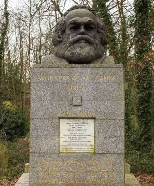 """Могила Карла Маркса выглядит монументально, а изваяние сопровождает призыв """"Пролетарии всех стран объединяйтесь""""."""