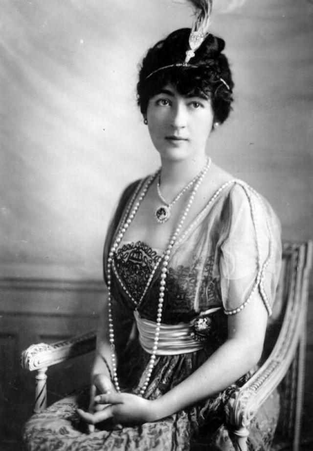 """До конца XIX-го века семейство Хоуп владело бриллиантом, но в момент финансовых трудностей его было решено продать. Камень некоторое время ходил по рукам, и в 1912-м году достался Эвелин Уолш-Маклин - дочери владельца газеты """"Washington Post""""."""