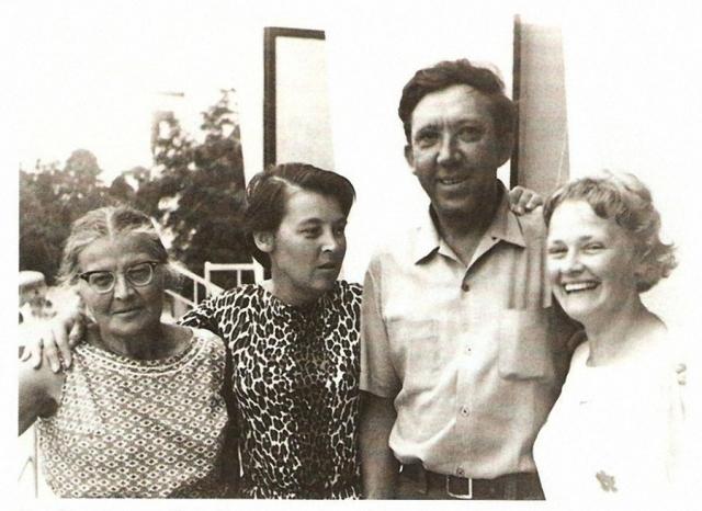 """В фильме супруга Горбункова часто повторяет мужу: """"Ты такой доверчивый!"""" В сценарии этих слов не было, но в реальной жизни Нина Гребешкова часто повторяла это супругу – Л. Гайдаю – и он вложил ее привычные слова в уста героини."""