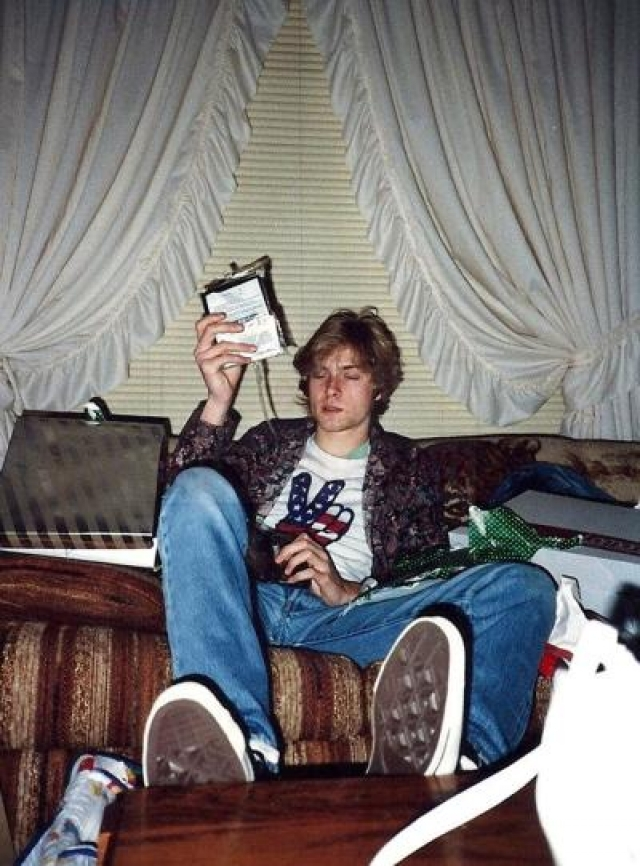 """Ребята записали первый альбом, а в 1991 году вторая пластинка Nevermind стала для группы неожиданным прорывом в мейнстрим. Сингл """"Smells Like Teen Spirit"""" стал хитом на MTV. Внезапный успех Nirvana на международной сцене привлек внимание публики к сиэтлской гранж-сцене и породил волну подражателей."""