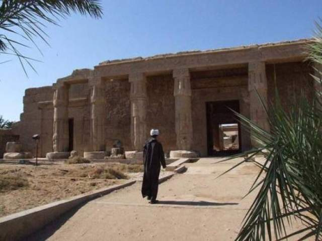 """Однажды, когда она увидела изображение """"Храм Сети первого в Абидосе"""", Дороти очень обрадовалась и сказала отцу, что это место было ее домом. Задолго до того, как Дороти увидела рисунок, она видела сны, в которых фигурировали храмы и природа Древнего Египта. С годами ее интерес и любовь к Египту только росли, и она стала членом исследовательской группы, чтобы узнать больше о реинкарнации душ. На фото: Храм Сети в Абидосе"""