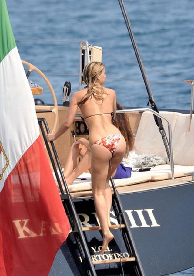 Модель Бар Рафаэли демонстрирует свою фигуру в бикини.