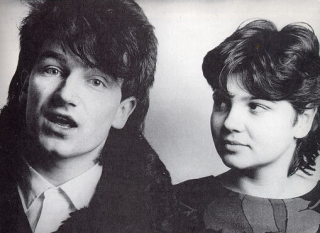 Боно. Впервые Элисон Хьюсон обратила внимание на Боно на концерте школьной рок-группы, лидером которой был будущий фронтмен U2.