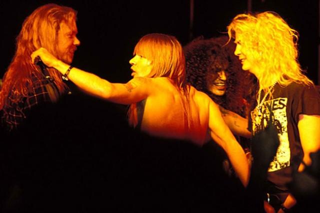 """Но на этом проблемы не закончились - """"Guns'n'Roses"""", испытывая и без того заканчивающееся терпение публики, задержали свой выход."""