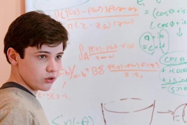 Джейкоб Барнетт Еще одним уникальным математиком является Джейкоб Барнетт - американский мальчик, проявивший свои способности с самых ранних лет. Примечательно, что в возрасте 2-х лет ему был поставлен диагноз - тяжелый аутизм. Врачи утверждали, что с его диагнозом не стоит надеяться, что он когда-то научится говорить, читать, а также свершать различные бытовые действия.