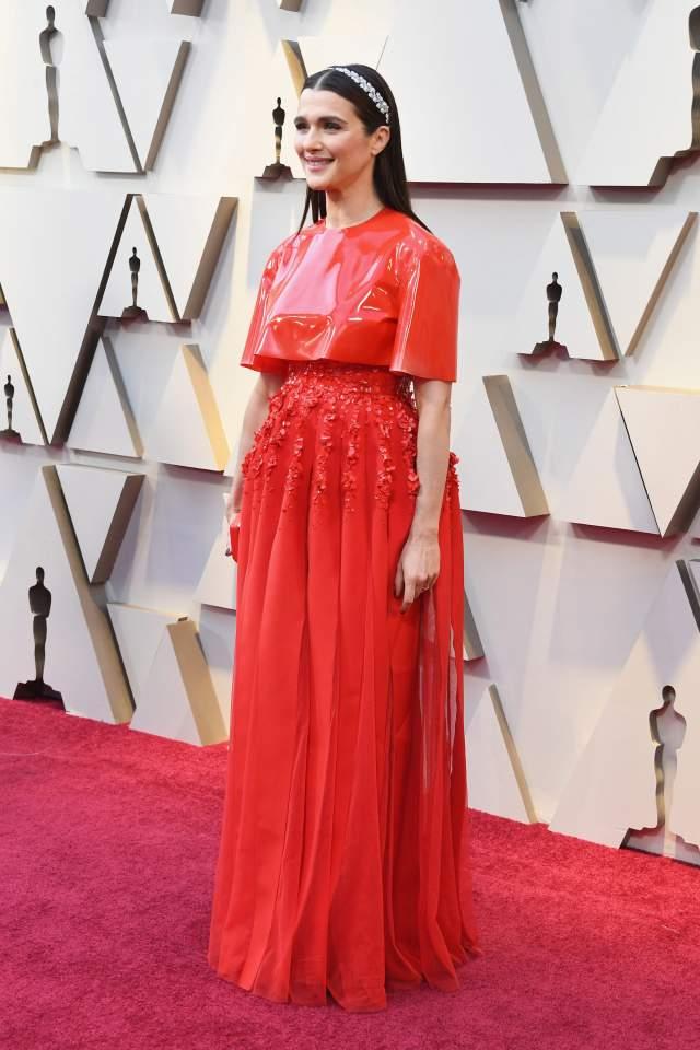 """Рэйчел Вайс в Givenchy. Бытует мнение, будто тот, кто пришел в красном на """"Оскар"""", уйдет со статуэткой. Но в этот раз примета не сработала. Номинантка на приз за лучшую женскую роль таковую не получила, да и модные критики считают, что облачение в этот наряд было ошибкой: дождевое пончо смотрится нелепо на фоне ясной погоды в Лос-Анджелесе в это воскресенье."""