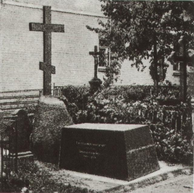 Во время перезахоронения Гоголя в 1931 году в гробу не обнаружили черепа писателя.