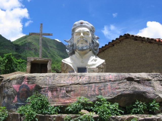 В среде боливийских рабочих Че Гевара имеет статус святого - его так и называют - Святой Эрнесто, когда просят заступничества и помощи, что не очень то нравится местной католической церкви.