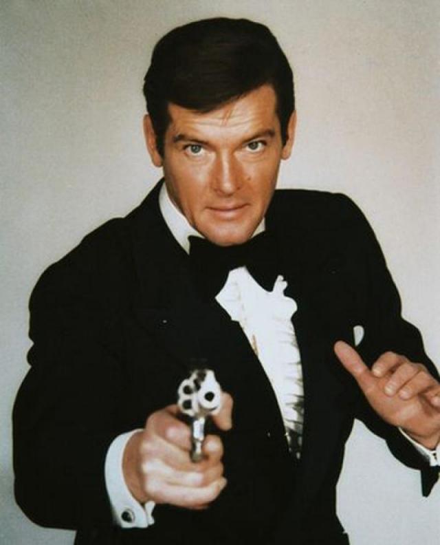 """Роджер Мур. Еще один """"агент 007"""", как ни странно, панически боится оружия. """"Когда я в кадре стою с оружием, для меня главное — не моргнуть. А все из-за того, что даже при виде пистолета у меня начинается нервный тик"""", — признавался Мур."""