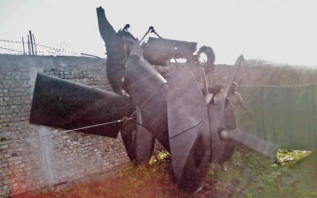 Однако, когда они зависли над целью, один из вертолетов попал в вихревое кольцо и задел одну из стен, повредив ротор.