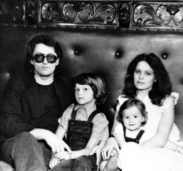 Музыкант Александр Градский в 2003 году развелся со своей третьей супругой Ольгой.