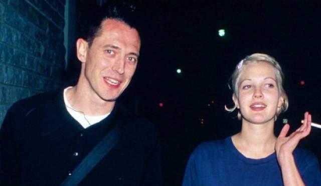 Дрю Бэрримор, 43 года. Мужем 19-летней звезды стал в свое время 31-летний владельца бара Джереми Томас. Эти двое встречались исключительно ради секса и развелись спустя два месяца.