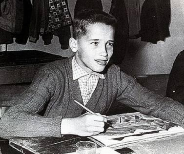 """В детстве Арнольд начал заниматься футболом, но в возрасте 14 лет """"заболел"""" культуризмом. Его кумирами были бодибилдеры Рег Парк, Стив Ривз, и пловец Джонни Вайсмюллер, которых он часто видел в кино."""