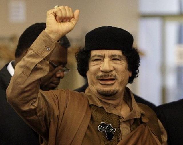 На рассвете 25 октября все трое были тайно похоронены в Ливийской пустыне. На этом закончилось 42-летнее правление полковника Каддафи и революция, которую он провозгласил после свержения монархии в 1969 году.