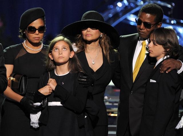 Вся церемония, хоть и заняла полтора часа, обошлась родственникам певца в сумму, близкую к миллиону долларов.