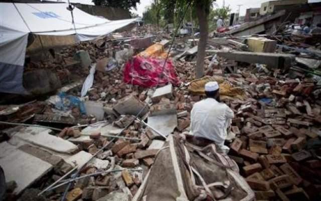 Жертва землетрясения провела 27 дней под завалами Халид Хуссейн - 20 летний сельскохозяйственный рабочий был заживо погребен под обломками своего дома в результате землетрясения, произошедшего 8 октября 2005 года. Деревянные и кирпичные обломки задали его в очень неудобной позе, немного могли двигаться только руки. Обе руки продолжали совершать непроизвольные карательные движения даже после его спасения, что дает возможность понять, какой ужас пережил похороненный живьем человек. Халид был случайно обнаружен только 10 ноября, то есть спустя почти месяц после землетрясения. Его правая нога была сломана в нескольких местах.