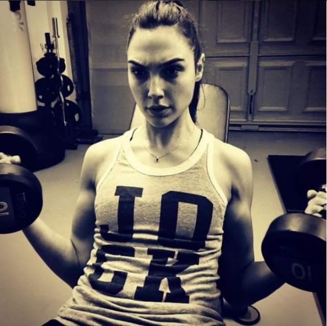 """Галь Гадот Перед началомсъемок в """"Суперженщине"""" Галь провела в спортзале девять месяцев, набрав восемь кило чистых мышц."""