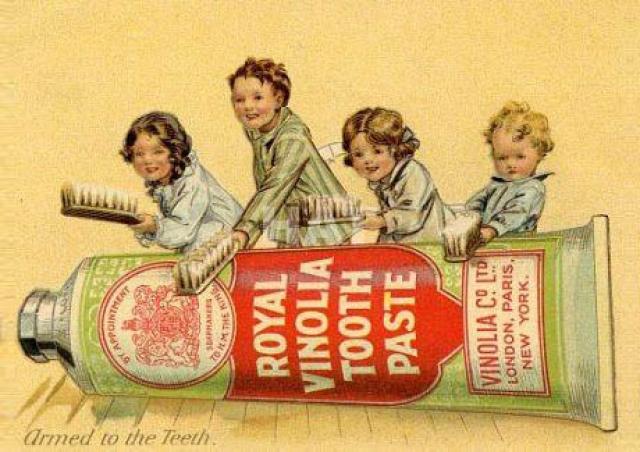 В 1880 году американский стоматолог Вашингтон Шеффилд придумал весьма занятный способ решить этот вопрос. Он предложил использовать в качестве емкости для пасты тюбик для художественных красок.